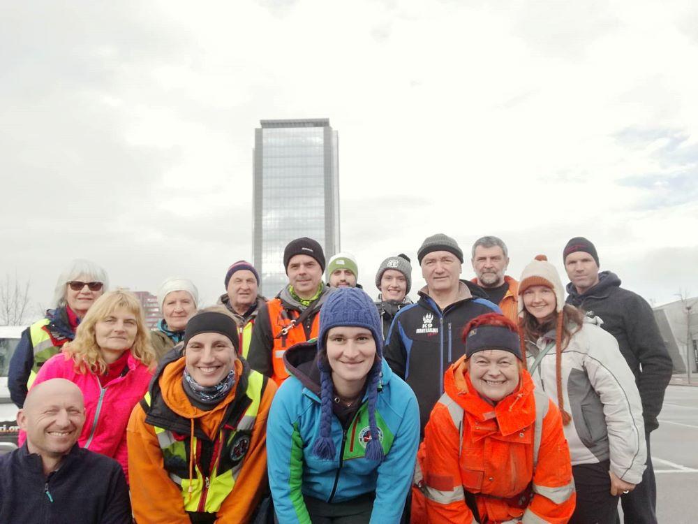 Skupinska slika udeležencev vaje, v ozadju stolpnica BTC.